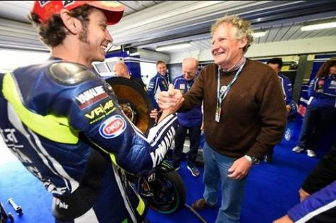 rossi-and-burgess-ini-paddock-after-race-motogp-phillip-island