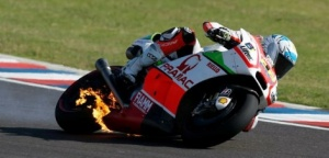 motor yonny hernandez kebakaran motoGP argentina 2015 - 01